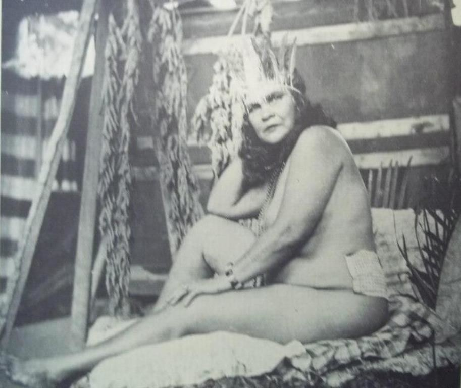 Juanita posa para Reverón con un penacho de plumas en El Castillete.