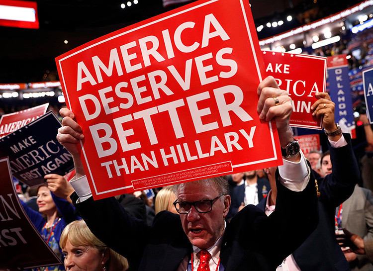 Un delegado sostiene un cartel que llama a oponerse a Hillary Clinton durante el tercer día de la Convención Nacional Republicana en Cleveland, Ohio (EE.UU.).