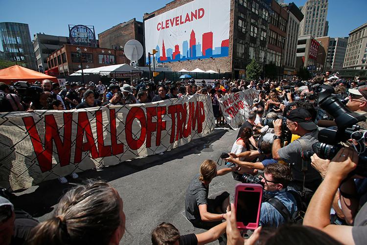 Manifestantes contrarios a Donald Trump sostienen una pancarta durante la Convención Nacional Republicana en Cleveland, Ohio (EE.UU.).