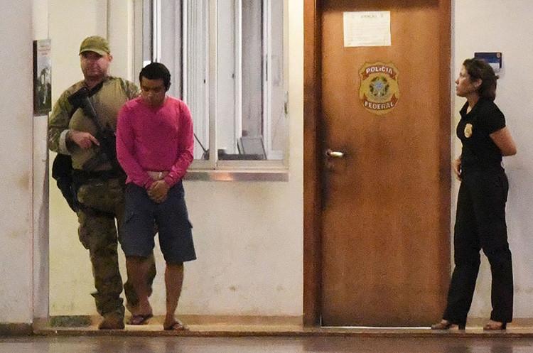 Un presunto terrorista escoltado en el aeropuerto de Brasilia.