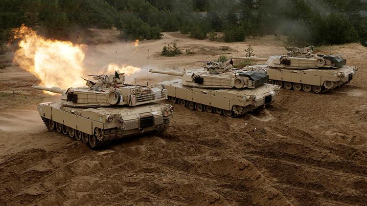 Tanques estadounidenses M1 Abrams disparan durante el ejercicio militar Saber Strike de la OTAN en Adazi, Letonia.