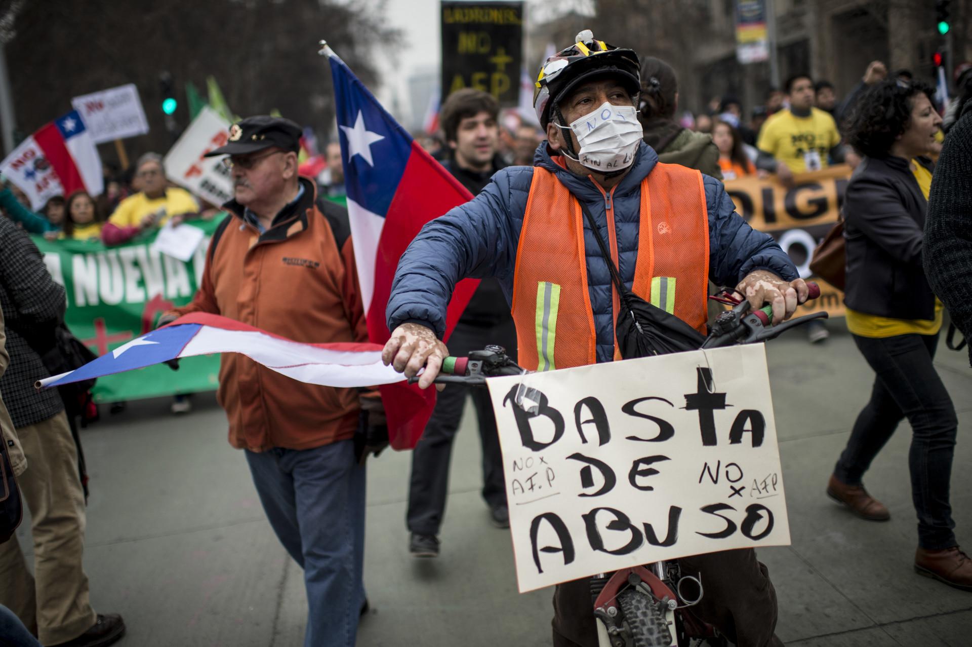 Trabajador chileno protesta contra el sistema de fondos de pensiones en Santiago.