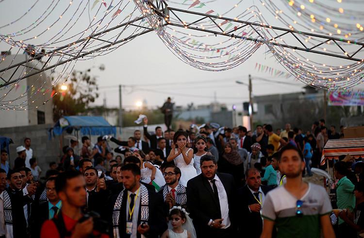 Palestinos en la boda de 340 parejas en Franja de Gaza.