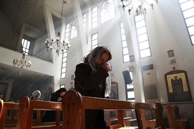 Una mujer asiria asiste a una misa en memoria de los asirios secuestrados por el Estado Islámico en la ciudad siria de Jaramana, el primero de marzo de 2015.