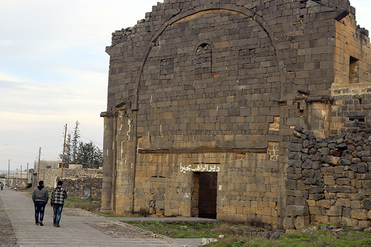 Varios residentes caminan ante un monasterio en la provincia siria de Daraa el 19 de enero de 2015.