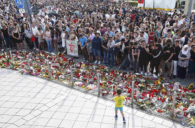 Un grupo de personas llora en el exterior del centro comercial Olympia en Múnich