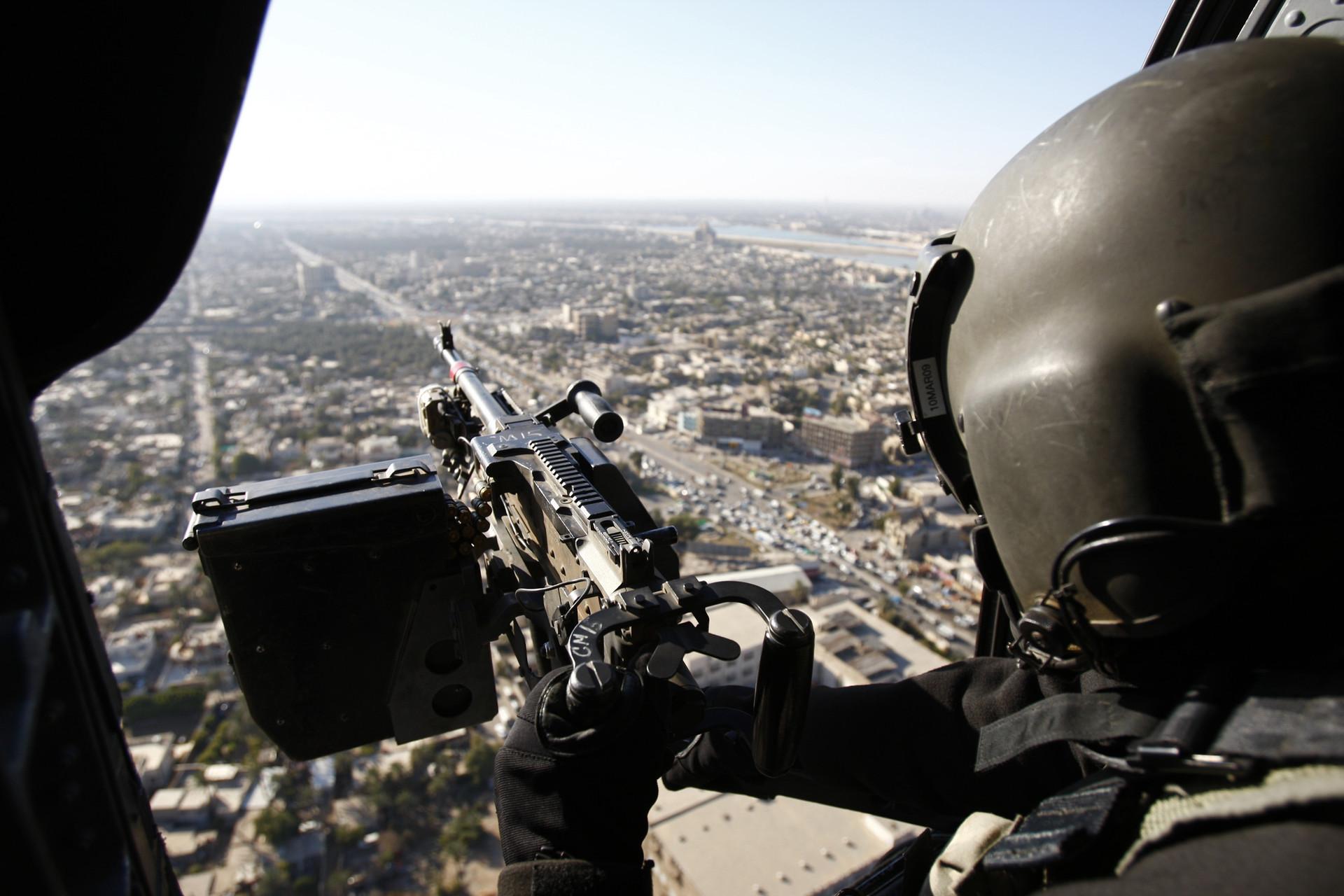 Un soldado estadounidense sobrevuela en un helicóptero militar Bagdad, la capital iarquí.