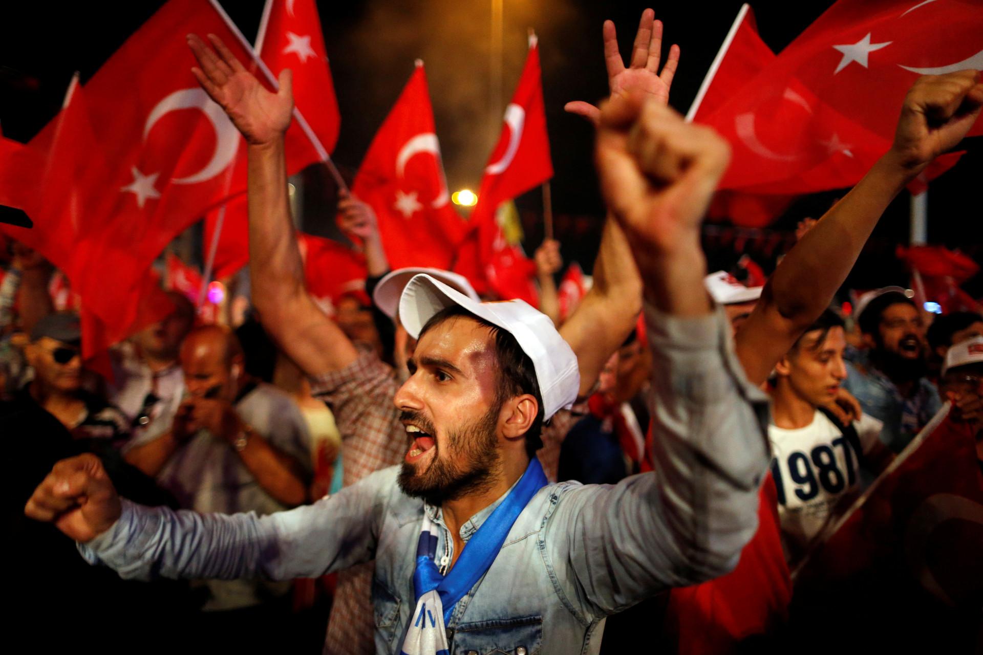 Partidarios del presidente turco Recep Tayyip Erdogan durante una manifestación progubernamental en la plaza Taksim (Estambul, Turquía), el 20 de julio de 2016.