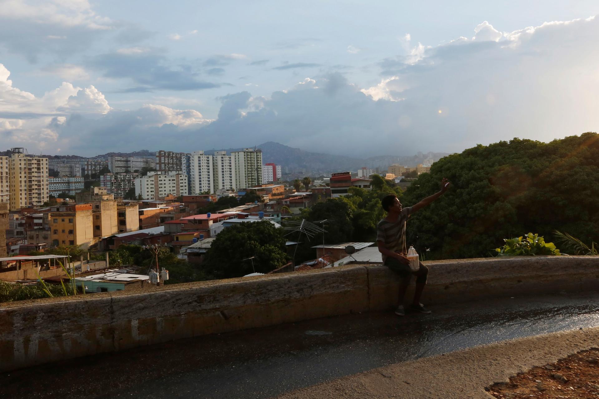 Un hombre deambula en las calles de Caracas, Venezuela. 8 de julio de 2016