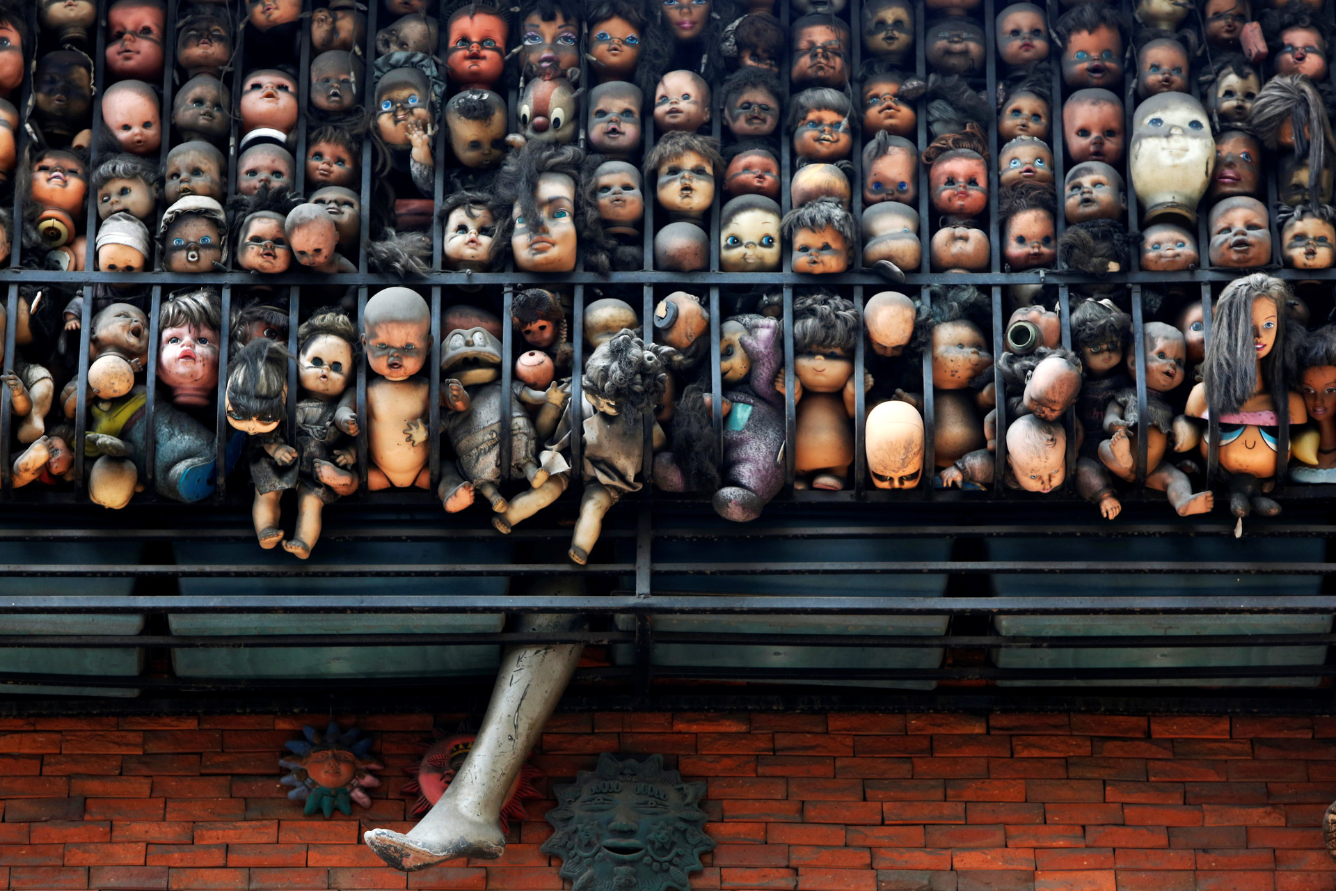 Varias muñecas en el balcón del domicilio de la artista y coleccionista Etanis González ubicado en Caracas, Venezuela