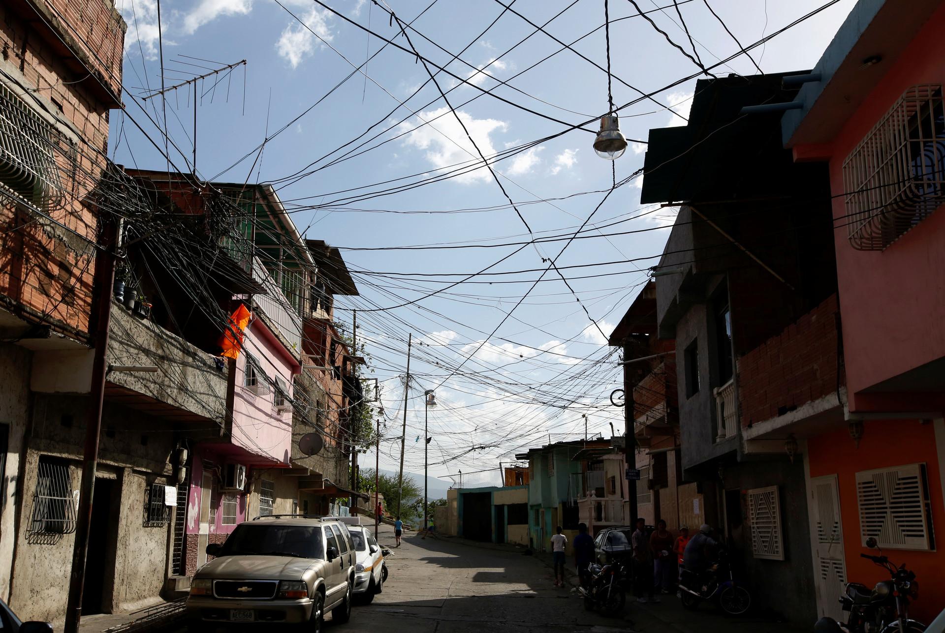 Varios cables de energía eléctrica se observan tendidos sobre las calles  del barrio caraqueño de Catia. 27 de junio de 2016