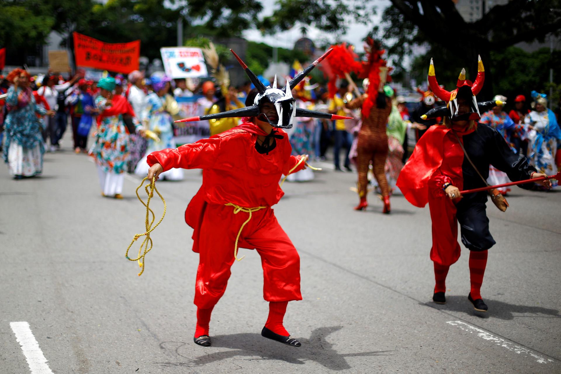 Presentación de baile por parte de funcionarios del sector educativo durante una manifestación a favor del gobierno en Caracas, Venezuela. 14 de junio de 2016.