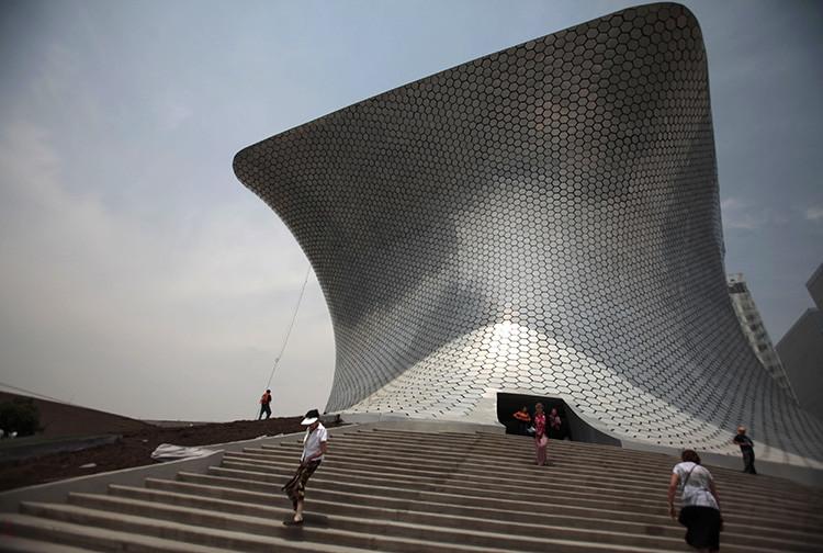 Varias personas caminan en las cercanías del Museo Soumaya en Ciudad de México el 29 de marzo de 2011.