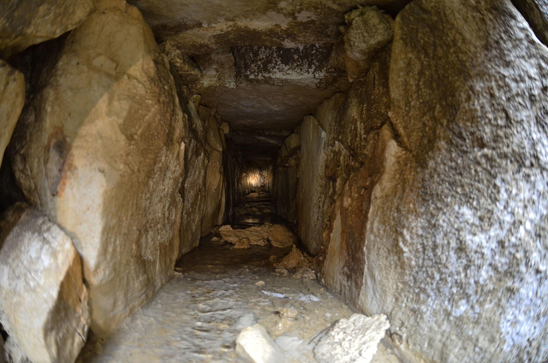 El sistema hidráulico está construido mediante hileras horizontales de grandes piedras talladas, unidas con rajuelas y arcilla plástica. INAH