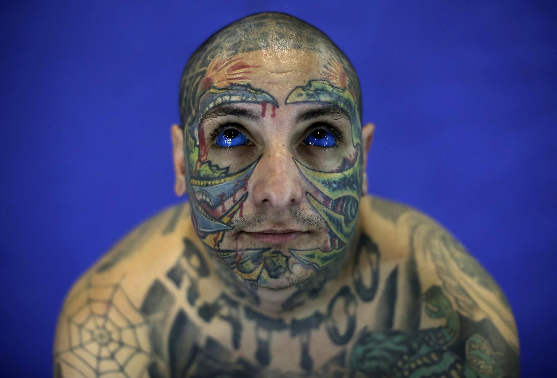 Un hombre muestra sus tatuajes en la piel y los ojos durante el tercer Festival Internacional de Tatuajes en Sao Paulo, Brasil. 20 de julio de 2013.
