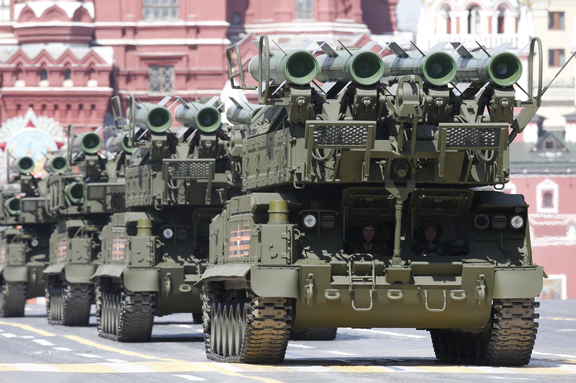 Sistemas de defensa antiaéreo BUK-M2 participan en el desfile del Día de la Victoria en la Plaza Roja en Moscú, el 9 de mayo de 2015