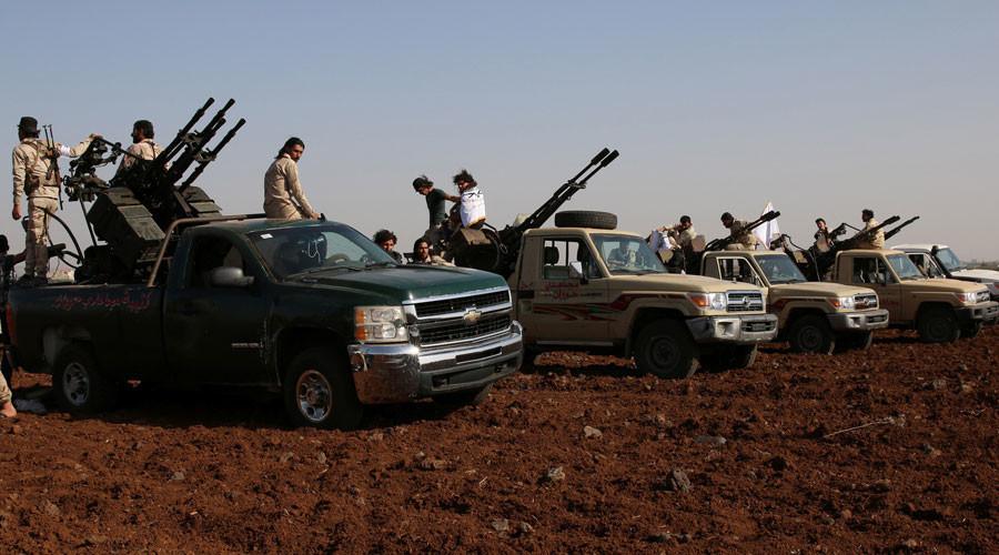 Combatientes de la Brigada Mujahideen Horan marchan sobre camionetas equipadas con armas antiaéreas mientras participan en un entrenamiento militar en la gobernación de Deraa en Siria, el 19 de junio de 2016
