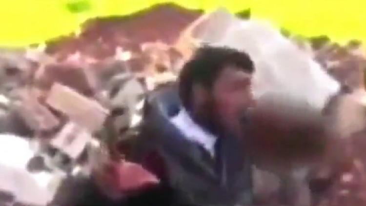 Rebelde 'come' el corazón extraído del pecho de un soldado sirio muerto