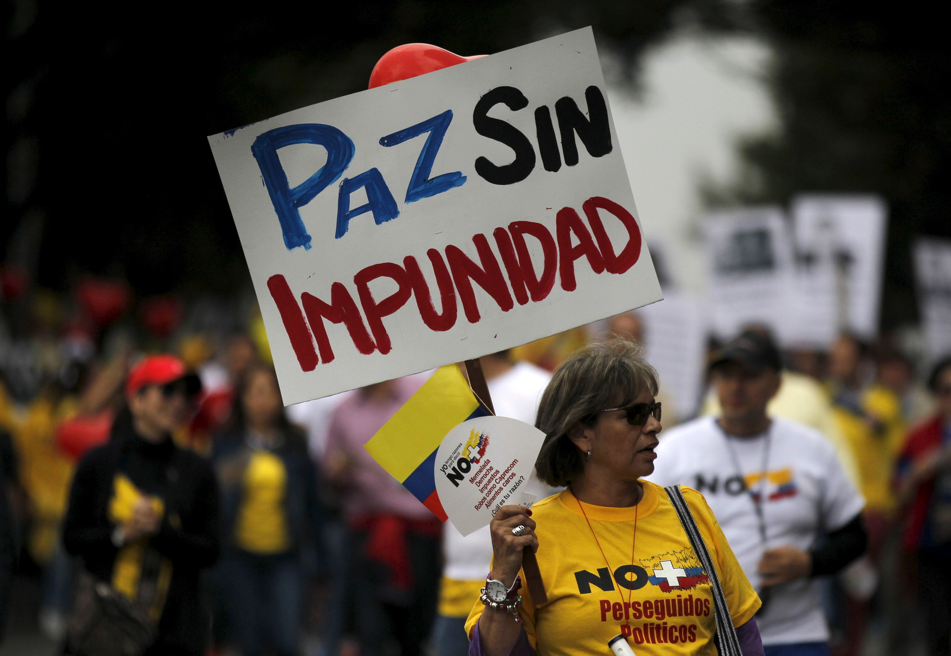Manifestantes exigen cambios al acuerdo entre el gobierno colombiano y las FARC. Bogotá, 2 de abril de 2016