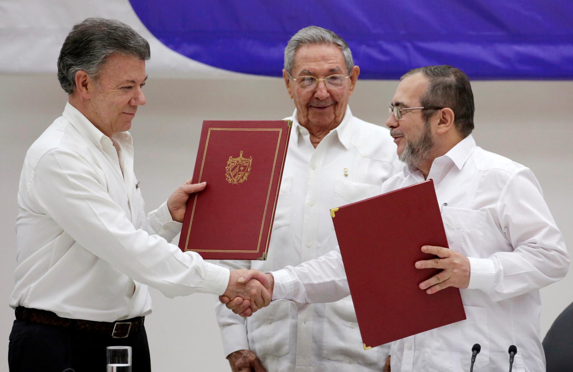 El presidente cubano Raúl Catros junto a su homólogo colombiano Juan Manuel Santos y Rodrigo Londono, el líder de las FARC, luego de la firma del acuerdo de paz. Cuba, 23 de junio de 2016.