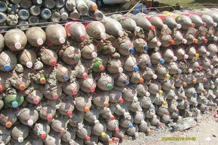Las paredes de las viviendas quedan fuertemente unidas dependiendo de la colocación de las botellas de plástico.