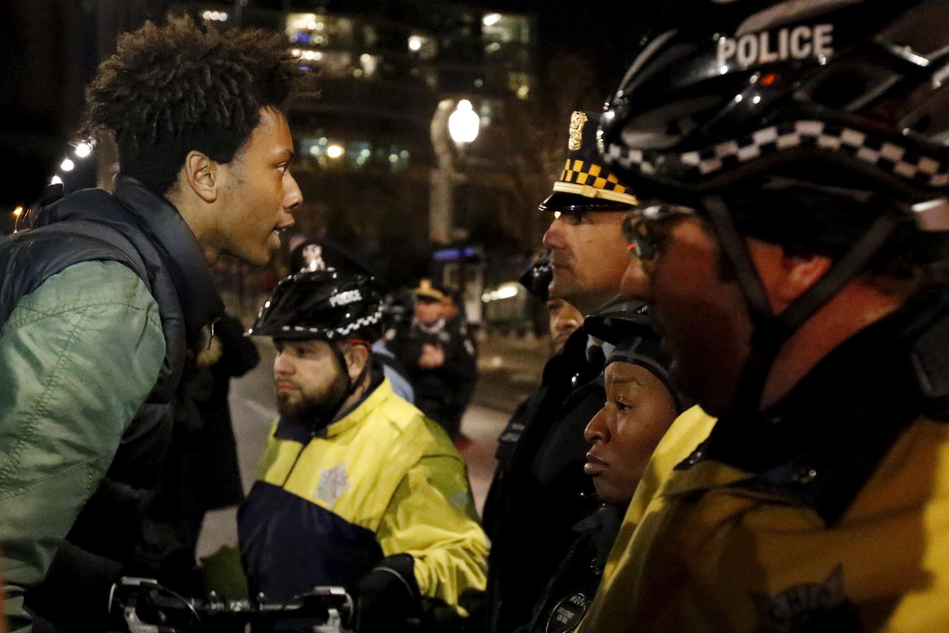 Un manifestante enfrenta a la Policía durante las protestas llevadas a cabo en Chicago, Illinois. 24 de noviembre de 2015.
