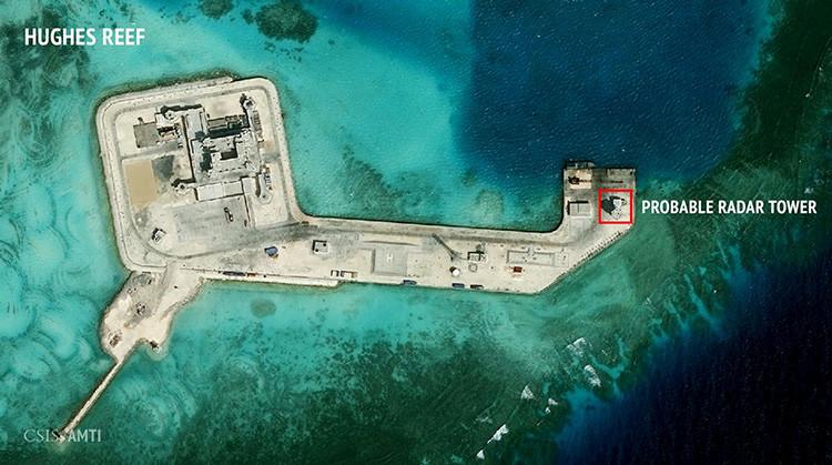 La imagen por satélite de una construcción, posiblemente de un radar, en las islas Spratly.