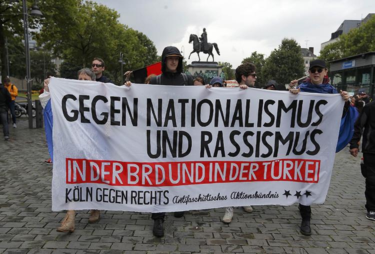 Manifestantes contrarios al presidente turco, Recep Tayyip Erdogan, marchan durante una manifestación progubernamental en Colonia, Alemania, el 31 de julio de 2016.