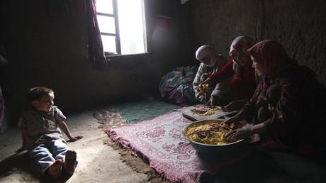 Mujeres preparan comida en el poblado de Gornaya Mastchah, 250 kilómetros al noreste de Dusambé, la capital de Tayikistán.