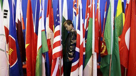 Un empleado prepara un conjunto de banderas durante el sexto Foro de Xiangshan en Pekín, China, el 17 de octubre de 2015.