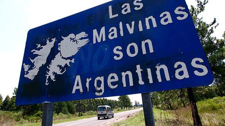 """Un vehículo pasa cerca un cartel en el que see 'Las Malvinas son argentinas"""" cerca de Gualeguaychú, Argentina, 19 de febrero de 2012."""