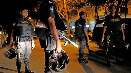 Personal de seguridad monta guardia después de que hombres armados irrumpieron en el restaurante Holey Artisan y tomaron rehenes en la zona de Gulshan de Dacca, Bangladés. 2 de julio de 2016.