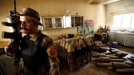 Un miembro de las fuerzas antiterroristas iraquíes monta guardia en una fábrica de armas de los militantes del Estado Islámico en Faluya.