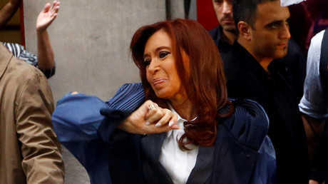 La expresidenta argentina Cristina Fernández de Kirchner sale de su casa camino a un tribunal de Buenos Aires, Argentina, 13 de abril de 2016