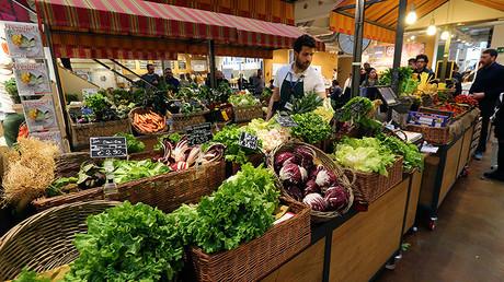 Puesto de verduras en un mercado de alimentos en el antiguo teatro Smeraldo de Milán, Italia, el 20 de marzo de 2016.
