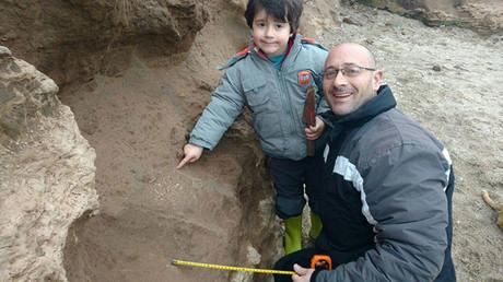 Martín Landini y su padre, tras encontrar unos restos fósiles que podrían tener más de 500.000 años de antigüedad