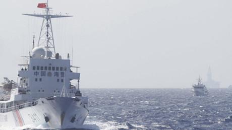 Buques de la Guardia Costera china navegan cerca de la plataforma petrolera china Haiyang Shiyou 981, en el mar de la China Meridional.