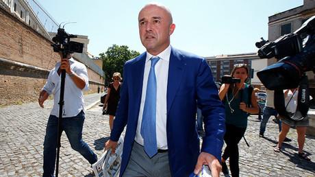 El periodista Gianluigi Nuzzi camina a su juicio, en el Vaticano