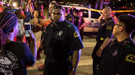 La Policía trata de calmar a la multitud tras los disparos de unos francotiradores, Dallas, Texas, Estados Unidos, 7 de julio