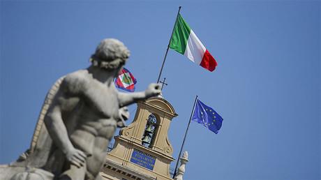 La bandera nacional italiana ondea sobre el palacio presidencial del Quirinal en Roma.
