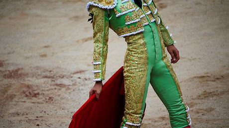 El torero Juan del Álamo luce un crespón negro en memoria del fallecido torero Victor Barrio durante una corrida de toros en el festival de San Fermín, en Pamplona
