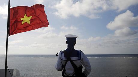 Un marino vietnamita se encuentra en la isla Thuyen Cha, en el archipiélago Spratly, enero de 2013