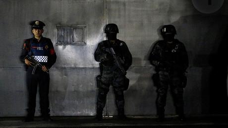 Varios agentes de policía montan guardia mientras esperan la llegada de Héctor Palma 'El Guero', cómplice deEl Chapo' en tráfico de drogas, México, el 15 de junio de 2015.