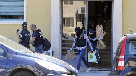 Agentes de la Policía francesa después de registrar el camión y la vivienda del sospechoso del atentado en Niza