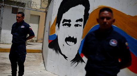 Guardias de seguridad delante de un mural que muestra al presidente de Venezuela, Nicolás Maduro, durante una visita de representantes del Mercosur a la cárcel Rodeo III en Guatire (Venezuela), el 1 de julio de 2016