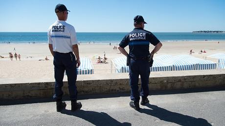 Policías municipales patrullan cuatro días después del atentado en Niza