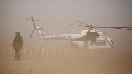 Un soldado del Ejército saharaui junto al helicóptero del secretario general de la ONU, Ban Ki-moon, en el campo de refugiados de Tinduf (Argelia).