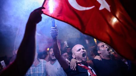 Partidarios de Erdogan gritan consignas durante una manifestación tras el intento de golpe de Estado, plaza Taksim, Estambul, Turquía