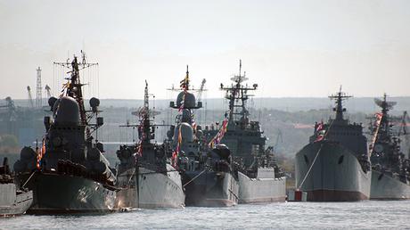 Las corbetas Zeleniy Dol (izquierda) y Sérpujov están dotadas del sistema lanzamisiles Kalibr-NK