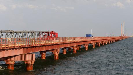 Puente de trabajo №2, que se utiliza para la construcción del puente sobre el estrecho de Kerch. Crimea, Rusia.